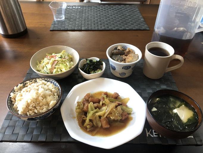 1月25日土曜日、Ohana朝食「野菜炒め(キャベツ、ウインナー、ねぎ、玉ねぎ)、サラダ(キャベツ、ハム、カニカマ)、酢の物(わかめ、きゅうり、カニカマ)、みそ汁(わかめ、とうふ)、鳥と大根の煮物」