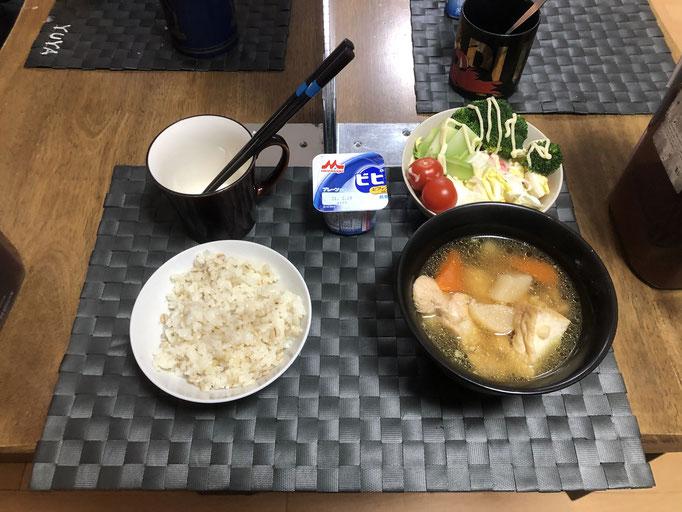 2月5日金曜日、Ohana朝食「鶏肉と大根の煮物、サラダ(白菜、カニカマ、プチトマト)、茹でブロッコリー、ヨーグルト」