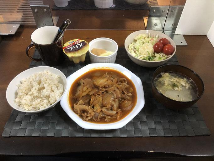 3月7日日曜日、Ohana夕食「ブタキムチ、サラダ(キャベツ、ハム、カニカマ、セロリの葉、プチトマト、パイン)、野菜スティック(セロリ)、白菜とねぎ入りたまごスープ、プリン」