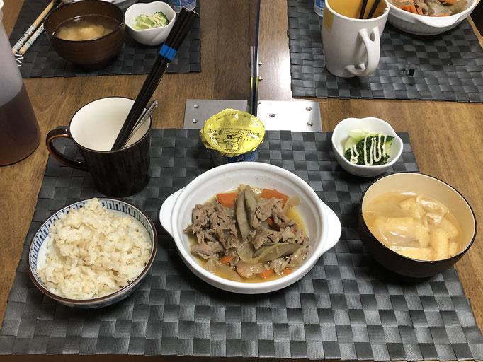 12月25日金曜日、Ohana朝食「ごぼうと人参、豚バラの甘辛煮、みそ汁(玉ねぎ、油揚げ)茹でブロッコリー、ヨーグルト」