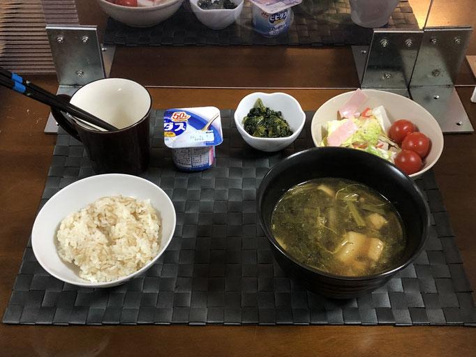 2月15日月曜日、Ohana朝食「カブと油揚げの炒め煮、サラダ(白菜、カニカマ、ハム、プチトマト)、ごはんのお供(カブの葉の甘辛煮)ヨーグルト」