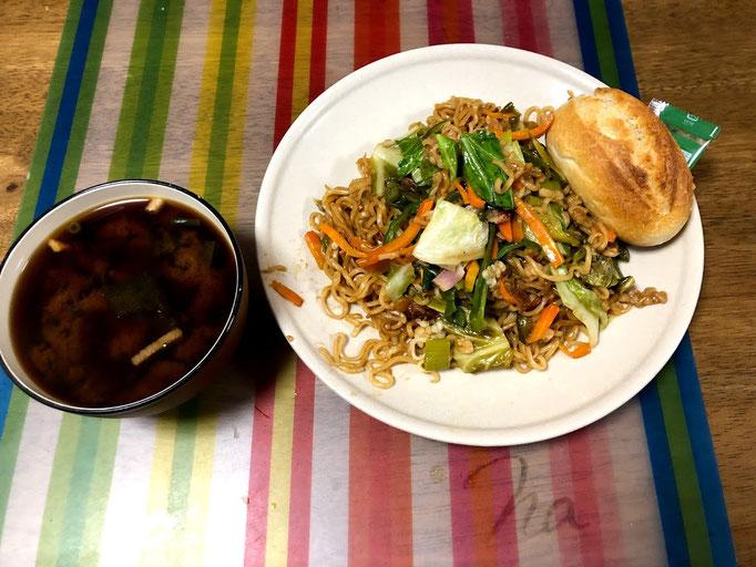 7月28日日曜日、Ohana朝食「野菜たっぷり焼きそば、コストコ半熟成パン、味噌汁(ねぎ)」