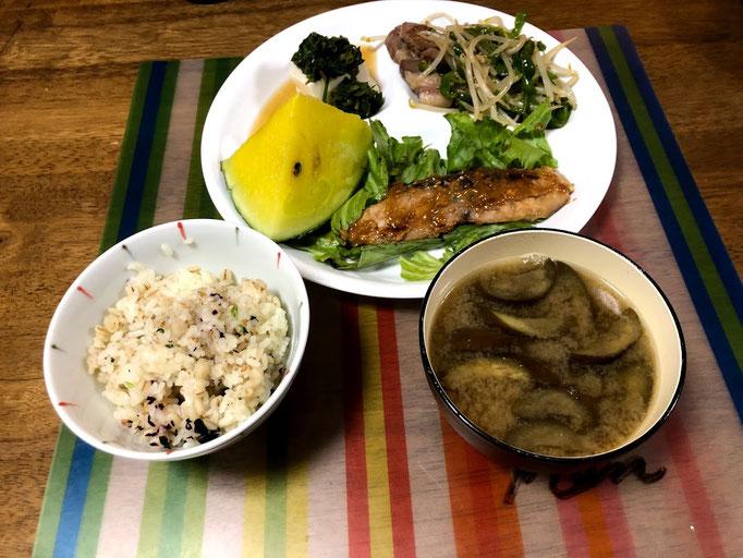 8月13日火曜日、Ohana夕食「ぶりの西京漬け焼、豚肉とピーマン、もやし炒め、やっこ(モロヘイヤのおひたしのせ)、ご飯(埋め、わかめ混ぜご飯、味噌汁(茄子)、すいか」