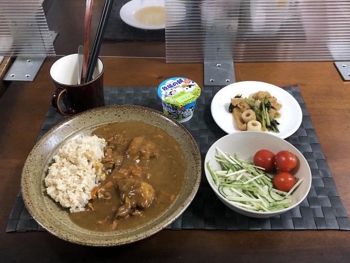 7月26日月曜日、Ohana朝食「カレーライス、きゅうりと水菜のサラダ、プチトマト、小松菜とちくわ、油揚げの煮浸し」