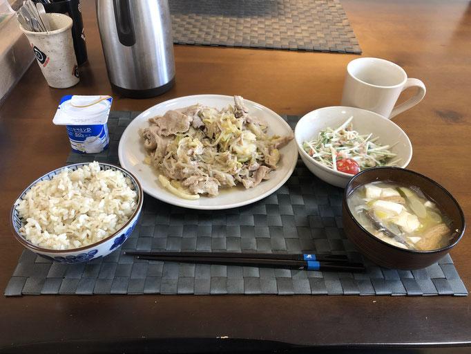 3月16日月曜日、Ohana朝食「豚肉とキャベツの野菜炒め(もやし、生姜)、サラダ(水菜、プチトマト、カニカマ、ツナ)、みそ汁(豆腐、ねぎ、油揚げ)、ヨーグルト」