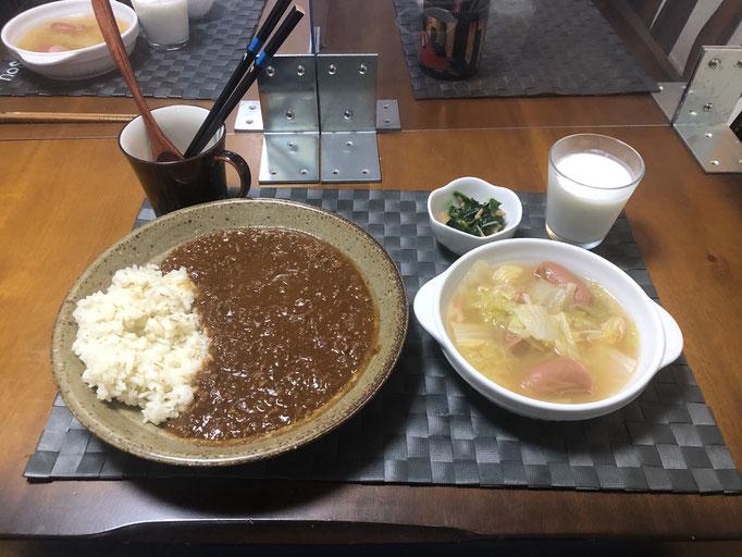 11月26日木曜日、Ohana夕食「キーマカレー、白菜と生姜のコンソメスープ(ウインナー入り)、ほうれん草となめ茸和え、ラッシー」