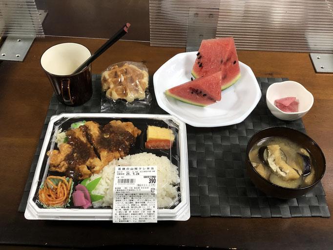 7月24日土曜日、Ohana夕食「若鳥の山賊タレ弁当、みそ汁(ナス、油揚げ)、大根の漬物、スイカ、ワッフル」