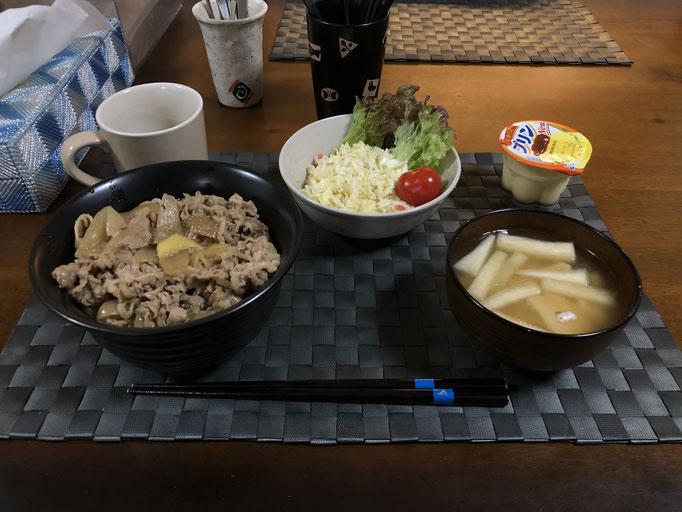 3月19日木曜日、Ohana夕食「牛丼、サラダ(キャベツ、レタス、プチトマト、カニカマ)、みそ汁(大根、油揚げ)、プリン」