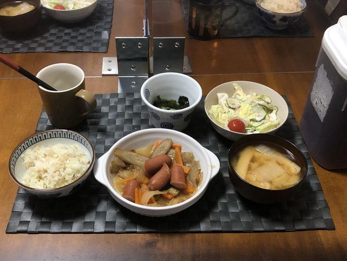 8月27日木曜日、Ohana夕食「ごぼうとウインナーのピリ辛炒め煮、サラダ(白菜、ツナ、きゅうり、プチトマト)みそ汁(白菜、ねぎ、油揚げ)、わかめの酢の物」
