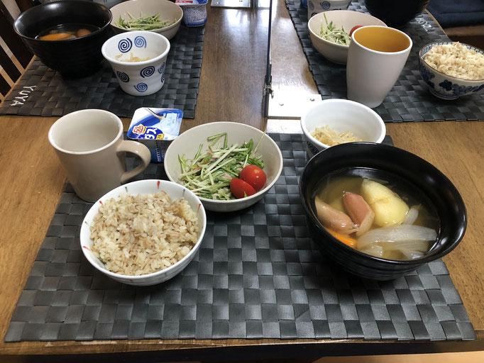 6月26日金曜日、Ohana朝食「ポトフ(人参、ジャガイモ、玉ねぎ、ウインナー)、サラダ(水菜、ツナ、プチトマト)、ヨーグルト」
