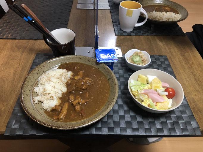 10月23日金曜日、Ohana朝食「チキンカレーライス、サラダ(白菜、ソーセージ、パイン、プチトマト)、切り干し大根とツナときゅうりの酢の物、ヨーグルト」