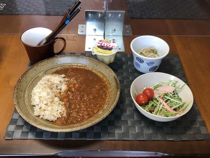 2月6日土曜日、Ohana朝食「キーマカレー、サラダ(水菜、ハム、カニカマ、プチトマト)、切り干し大根とツナとキュウリの酢の物、プリン」