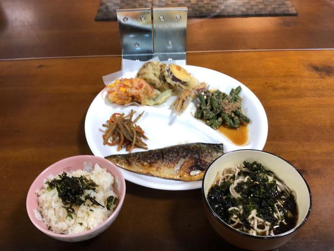 7月4日土曜日、Ohana夕食「鯖の塩焼き、てんぷら(サツマイモ、いんげん、舞茸、かき揚げ)、いんげん豆の胡麻和え、金平ごぼう、そば、きゅうりの浅漬け」