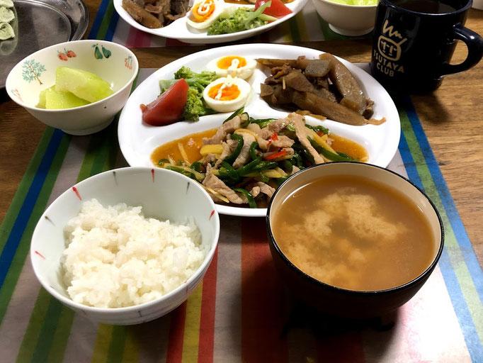 7月28日日曜日、Ohana夕食「青椒肉絲、ごぼうと豚肉の時雨煮、ブロッコリとゆで卵のサラダ、しじみ汁、ご飯、メロン」