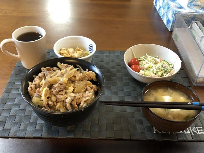 2月24日月曜日、Ohana朝食「豚丼、サラダ(水菜、キャベツ、カニカマ、ハム)、もやしと油揚げのナムル、みそ汁(豆腐、ねぎ、玉ねぎ)」