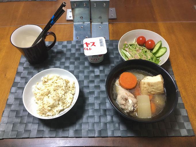 1月7日木曜日、Ohana夕食「鶏肉と大根の煮物(人参、厚揚げ、しょうが)、サラダ(水菜、ハム、カニカマ、プチトマト、きゅうり)、ヨーグルト」