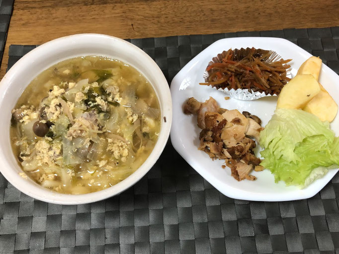 2月3日月曜日、Ohana朝食「鳥の丸焼きほぐし、サラダ、きんぴらごぼう添え、野菜たっぷり鳥だしうどん、りんご」