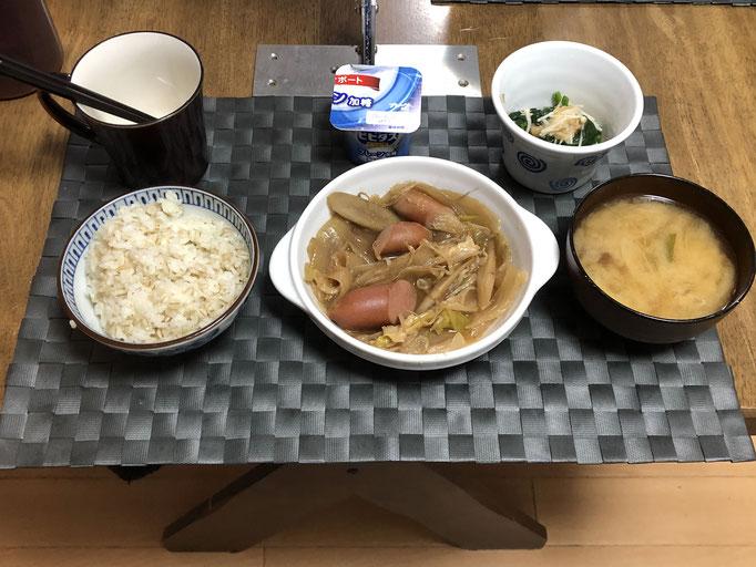 1月8日金曜日、Ohana朝食「ゴボウとウインナーの野菜炒め煮(玉ねぎ、もやし、ねぎ、キャベツ)、みそ汁(ねぎ、なめこ)、ほうれん草となめ茸和え、ヨーグルト」