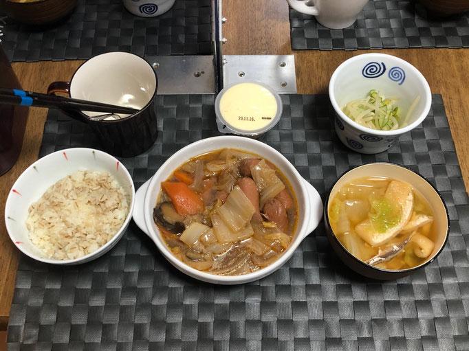 11月13日金曜日、Ohana朝食「ウインナーと白菜のピリ辛炒め煮(キムチ風味)、酢の物(もやし、きゅうり)、みそ汁(白菜、油揚げ)、プリン」
