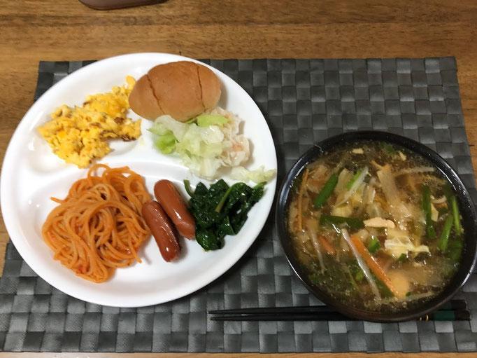 3月14日土曜日、Ohana朝食「野菜たっぷりスープパスタ、ウインナー2本、スクランブルエッグ、レタス、ナポリタン添え、こうたいさいからししょう油のおひたし、ロールパン1個」