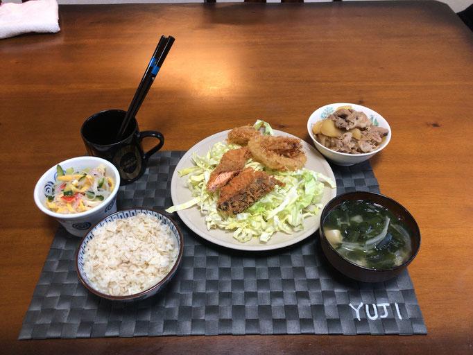 5月12日火曜日、Ohana夕食「鮭のフライ、イカのフライ、線切りキャベツ、肉じゃが、春雨サラダ(きゅうり、たまご、カニカマ)、みそ汁(わかめ、玉ねぎ、とうふ)」