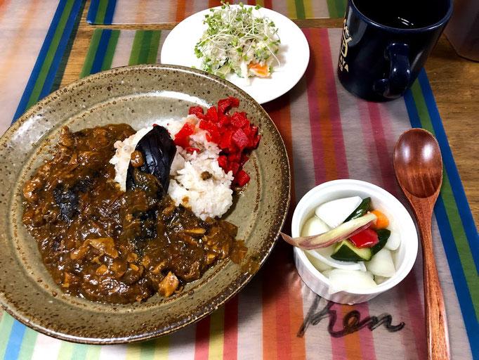 6月24日月曜日、Ohana朝食「チキンカレー、茄子揚げトッピング、ピクルス」