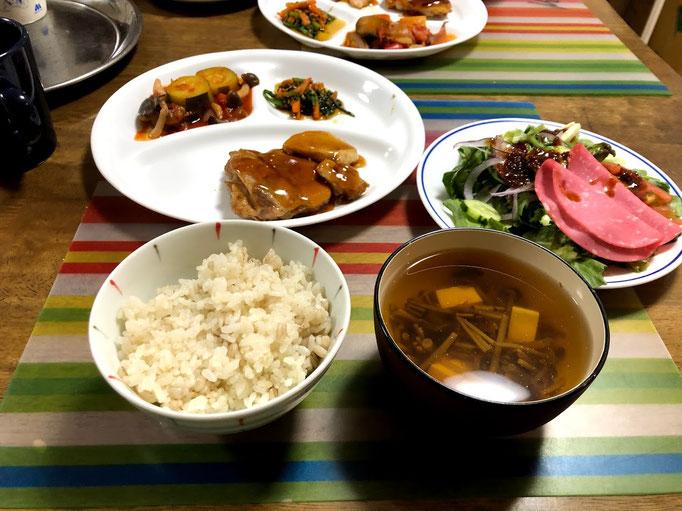 6月17日月曜日、Ohana夕食「鶏の照り焼き、ラタトゥイユ、春菊の胡麻よごし、サラダ(ソフトサラミ、サニーレタス、春菊、レッドオニオン」