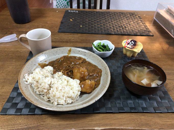 4月20日月曜日、Ohana朝食「カレーライス、ポトフ(ベーコン、玉ねぎ、人参)、ほうれん草の胡麻和え、プリン」