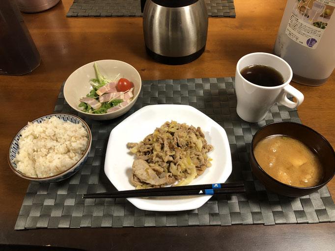 12月15日日曜日、Ohana夕食「野菜炒め(キャベツ、豚肉、ねぎ)、水菜おベーコンの和風ドレッシングサラダ、みそ汁(ねぎ、油揚げ)」