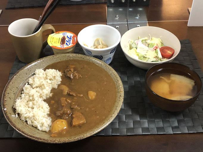 8月17日月曜日、Ohana朝食「カレーライス、サラダ(白菜、ハム、カニカマ、プチトマト)、みそ汁(白菜)、もやしのナムル、プリン」