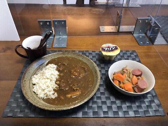 11月2日月曜日、Ohana朝食「カレーライス、野菜炒め(人参、もやし、玉ねぎ、ウインナー)、プリン」