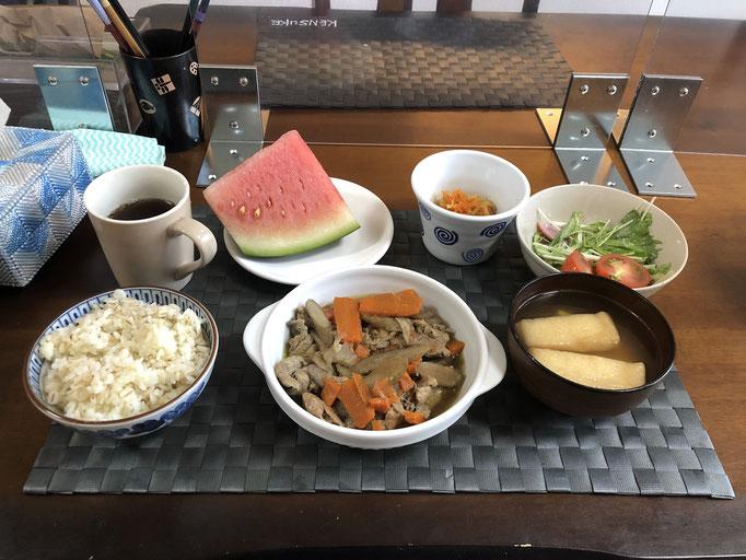 7月20日月曜日、Ohana朝食「ごぼうと人参と豚肉の甘辛煮、サラダ(水菜、プチトマト、ハム)、切り干し大根、みそ汁(とうふ、油揚げ)、スイカ」