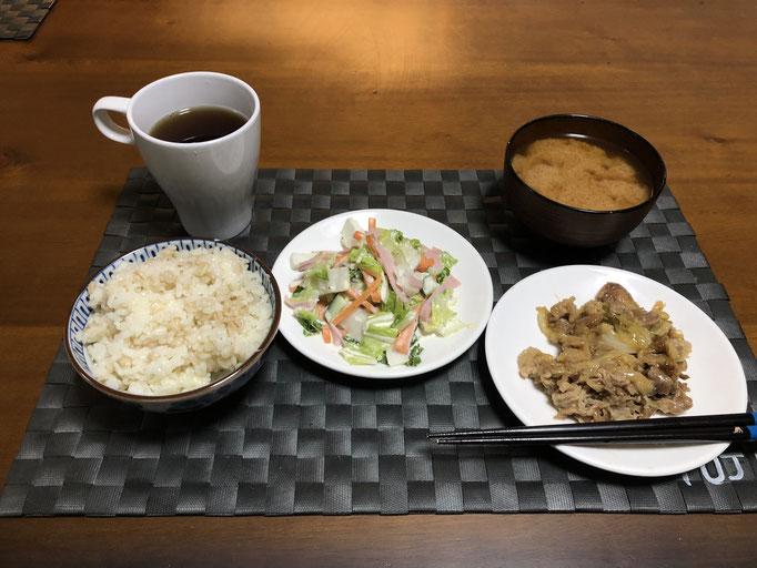 12月27日金曜日、Ohana夕食「味噌味の野菜炒め(キャベツ、玉ねぎ、豚肉)白菜とハムと人参のサラダ、みそ汁(ねぎ、とうふ)」