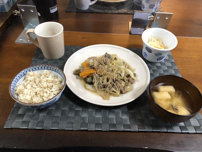 6月22日月曜日、Ohana朝食「野菜炒め(キャベツ、ナス、玉ねぎ、もやし、人参、豚肉)、みそ汁(油揚げ、ねぎ)、もやしのナムル」