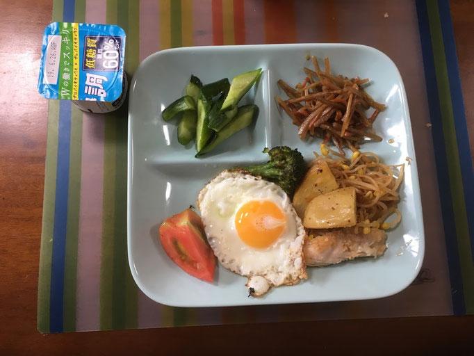 6月22日土曜日、Ohana朝食「目玉焼き、豆もやし炒め、油淋鶏1切れ、きんぴらごぼう、蒸しぶろっこりとジャガイモ、ご飯、味噌汁」