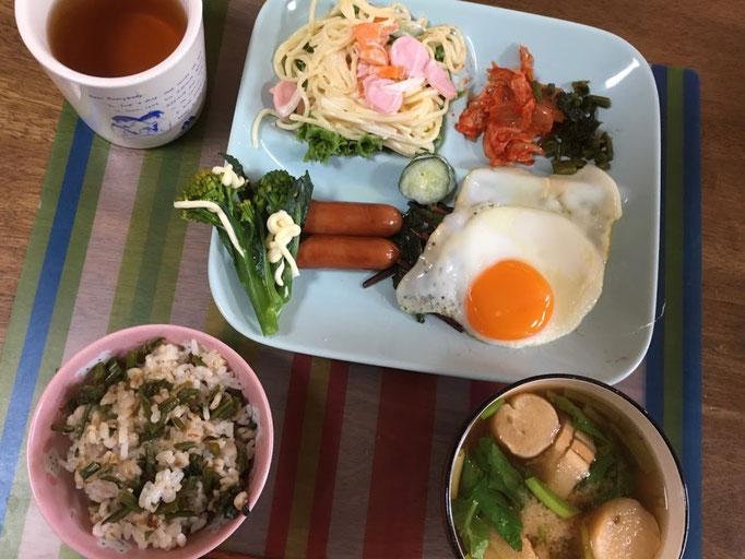 5月12日日曜日、Ohana朝食「目玉焼き、ウインナーとほうれん草のソテー、スパサラ、からし菜の漬物、キムチ、味噌汁、ご飯」