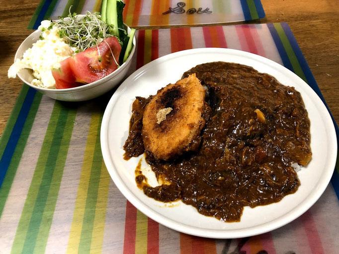 7月22日月曜日、Ohana朝食「カレーライス、さくらえびコロッケ、揚げナス、サラダ(線キャベツ、ポテサラ、きゅうり、ブロッコリースーパースプラウト)」