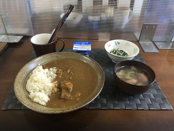 5月10日月曜日、Ohana朝食「ポークカレーライス、野菜スープ(チンゲン菜、ねぎ、ウインナー)、ほうれん草となめ茸和え、ヨーグルト」