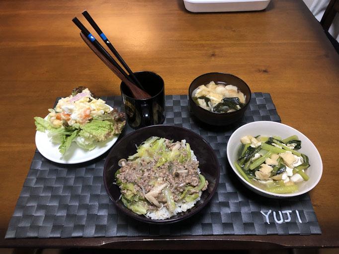 4月7日火曜日、Ohana夕食「ひき肉キャベツ丼、ポテトサラダ、サニーレタス、小松菜の煮浸し、みそ汁(油揚げ、わかめ、おふ、ねぎ)」