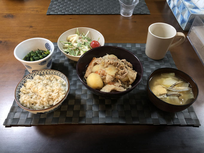 3月20日金曜日、Ohana朝食「肉じゃが(人参、糸こんにゃく、生姜)、サラダ(水菜、白菜、カニカマ、プチトマト)、みそ汁(白菜、油揚げ)、ほうれん草の胡麻和え」