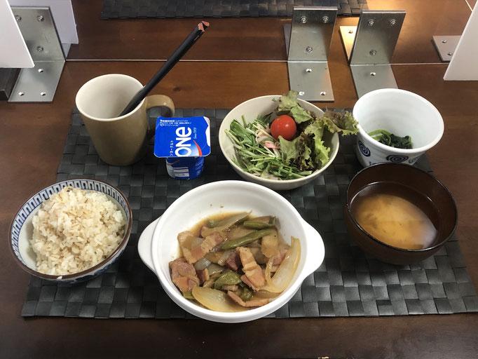 8月24日月曜日、Ohana朝食「ごぼうとインゲンとベーコンの炒め煮、サラダ(水菜、プチトマト、サニーレタス、ハム、カニカマ)、ほうれん草の胡麻和え、みそ汁、ヨーグルト」