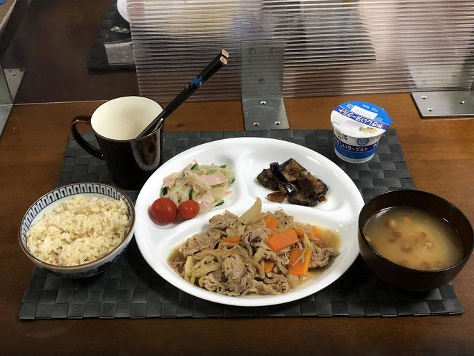 7月11日日曜日、Ohana夕食「野菜炒め(豚肉、もやし、玉ねぎ)、もやしのナムル(きゅうり、ハム、プチトマト)、ニンニクスライスとナスの味ぽん炒め、みそ汁(なめこ、とうふ)、ヨーグルト」