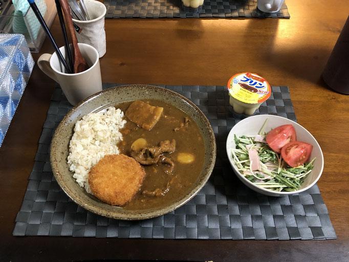 5月17日日曜日、Ohana夕食「カレーライス(コロッケ添え)、サラダ(水菜、ハム、トマト)、プリン」