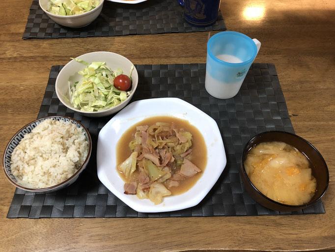 1月13日月曜日、Ohana朝食「キャベツの味噌炒め(玉ねぎ、ハム)、サラダ(キャベツ、玉ねぎ、プチトマト)、みそ汁(白菜、ねぎ)」