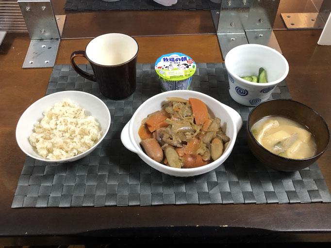 2月12日金曜日、Ohana朝食「ゴボウとウインナーの炒め煮、みそ汁(ねぎ、油揚げ)、きゅうりの浅漬け、ヨーグルト」
