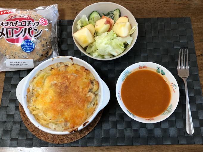 3月15日日曜日、Ohana朝食「スパグラ、サラダ(レタス、きゅうり、リンゴ)、海老のビスク、メロンパン」