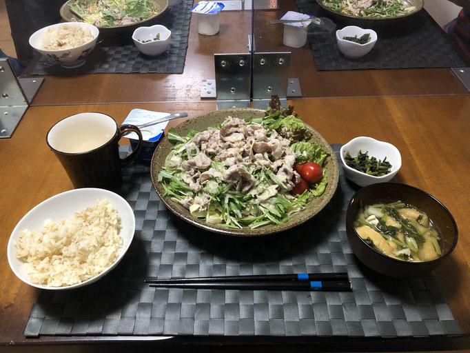 3月25日木曜日、Ohana夕食「パリパリ麺のサラダ(キャベツ、水菜、サニーレタス、ゆで豚肉、プチトマト)、大根の葉炒め(ごはんのお供)、みそ汁(カブの葉、油揚げ)、ヨーグルト」