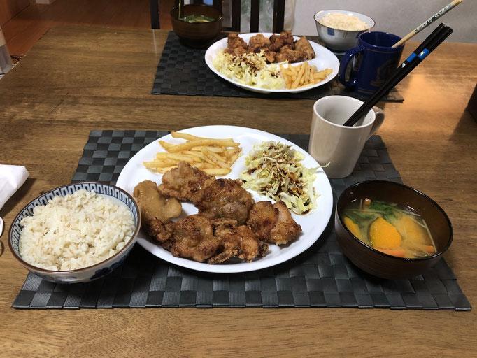 4月16日木曜日、Ohana夕食「から揚げ、フライドポエテト、みそ汁(人参、かぼちゃ、水菜)」