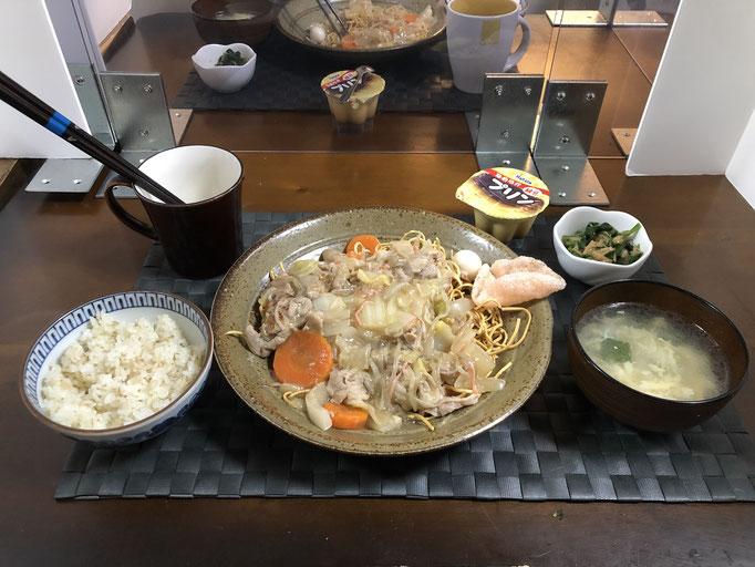 11月8日日曜日、Ohana夕食「皿うどん、ねぎと玉子の中華スープ、ほうれん草となめ茸和え、海老せんべい、プリン」