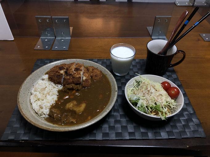11月1日日曜日、Ohana夕食「カレーライス、パリパリ麺のサラダ(皿うどんの麺、水菜、キャベツ、プチトマト)、ラッシー」